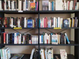 Présentoir de la bibliothèque de Prades